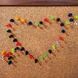 Διασκέδαση εργασίας πινάκων καρφιτσών αγάπης καρδιών στοκ εικόνα