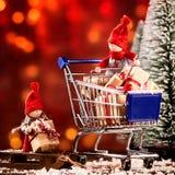 Διασκέδαση κούκλες λίγων Χριστουγέννων που κάνουν τις αγορές τους στοκ φωτογραφία με δικαίωμα ελεύθερης χρήσης