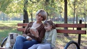 Διασκέδαση μητέρων και κορών με την ταμπλέτα απόθεμα βίντεο