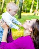 Διασκέδαση μητέρων και μωρών Στοκ φωτογραφία με δικαίωμα ελεύθερης χρήσης