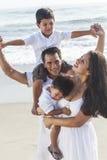 Διασκέδαση οικογενειακών παραλιών παιδιών αγοριών γονέων πατέρων μητέρων Στοκ Εικόνες