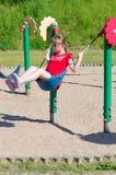 Διασκέδαση στην ταλάντευση παιδικών χαρών Στοκ φωτογραφία με δικαίωμα ελεύθερης χρήσης