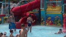 Διασκέδαση ψεκαστήρων στην κοινοτική λίμνη (2 2) απόθεμα βίντεο