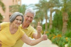 Διασκεδάζοντας το χαμογελώντας ανώτερο ζεύγος με τους αντίχειρες επάνω Στοκ Εικόνα