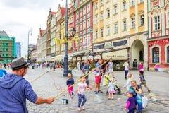 Διασκεδαστής †οδών «που παίζει με τα παιδιά, που κάνουν τις φυσαλίδες σαπουνιών Στοκ εικόνες με δικαίωμα ελεύθερης χρήσης