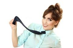 Διασκεδάζοντας γυναίκα σε ένα πουκάμισο με έναν δεσμό Στοκ Φωτογραφίες