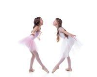 Διασκεδάζοντας τοποθέτηση ballerinas που εξετάζει η μια την άλλη Στοκ Εικόνες