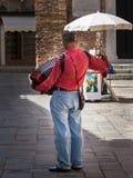 Διασκεδαστής μουσικών οδών με το κόκκινο ακκορντέον Στοκ φωτογραφία με δικαίωμα ελεύθερης χρήσης
