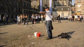 Διασκεδαστής οδών που κάνει τις φυσαλίδες στο τετράγωνο φραγμάτων στις Κάτω Χώρες απόθεμα βίντεο
