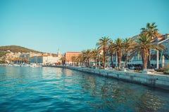 ΔΙΑΣΠΑΣΗ, ΚΡΟΑΤΙΑ - 11 ΙΟΥΛΊΟΥ 2017: Όμορφος κόλπος και διάσημος περίπατος της διασπασμένης πόλης - Δαλματία, Κροατία Στοκ Εικόνα