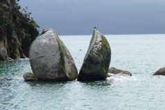 Διασπασμένος βράχος της Apple στο εθνικό πάρκο του Abel Tasman Στοκ φωτογραφία με δικαίωμα ελεύθερης χρήσης