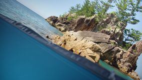 Διασπασμένος πυροβολισμός των σχηματισμών βράχου στη θάλασσα απόθεμα βίντεο
