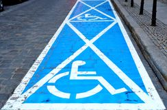 Διαστήματα χώρων στάθμευσης για τα με ειδικές ανάγκες άτομα Στοκ Φωτογραφία