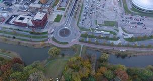 Διασταύρωση κυκλικής κυκλοφορίας, δρόμοι και περιοχή χώρων στάθμευση απόθεμα βίντεο