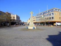 Διασταύρωση κυκλικής κυκλοφορίας και πολεμικό μνημείο στο πόλης κέντρο Στοκ φωτογραφίες με δικαίωμα ελεύθερης χρήσης