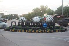 Διασταύρωση κυκλικής κυκλοφορίας κυκλοφορίας με τα ελαφριά ίχνη από τα αυτοκίνητα στοκ εικόνες με δικαίωμα ελεύθερης χρήσης