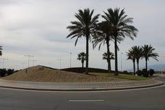 Διασταύρωση κυκλικής κυκλοφορίας με τη χλόη και την άμμο στοκ φωτογραφία με δικαίωμα ελεύθερης χρήσης