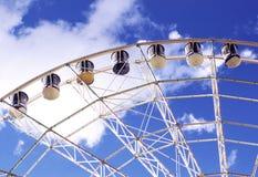 Διασταύρωση κυκλικής κυκλοφορίας στα πλαίσια του θερινού ουρανού Στοκ Φωτογραφία