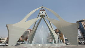 Διασταύρωση κυκλικής κυκλοφορίας πύργων ρολογιών στο Ντουμπάι φιλμ μικρού μήκους