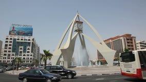 Διασταύρωση κυκλικής κυκλοφορίας πύργων ρολογιών στο Ντουμπάι απόθεμα βίντεο