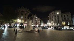 Διασταύρωση κυκλικής κυκλοφορίας στη πλατεία Τραφάλγκαρ Λονδίνο τή νύχτα φιλμ μικρού μήκους