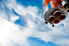 Διαστημικά ακροφύσια μηχανών πυραύλων ενάντια στον ουρανό Στοκ Εικόνες