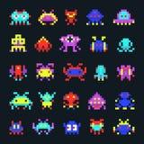 Διαστημικά αλλοδαπών εκλεκτής ποιότητας τηλεοπτικά υπολογιστών arcade παιχνιδιών εικονίδια τεράτων εικονοκυττάρου διανυσματικά Στοκ Εικόνες