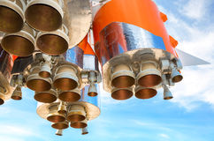 Διαστημικές μηχανές πυραύλων του ρωσικού διαστημικού σκάφους πέρα από το μπλε ουρανό στοκ φωτογραφία με δικαίωμα ελεύθερης χρήσης