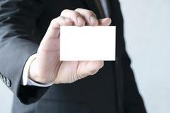 Διαστημική έννοια αντιγράφων Επιχειρηματίας που κρατά μια άσπρη επαγγελματική κάρτα στοκ εικόνα