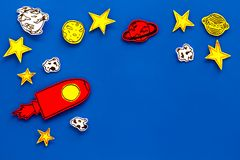 Διαστημική έννοια τουρισμού Ο συρμένο πύραυλος ή το διαστημόπλοιο κοντά στα αστέρια, πλανήτες, asteroids στην μπλε τοπ άποψη υποβ Στοκ Εικόνες