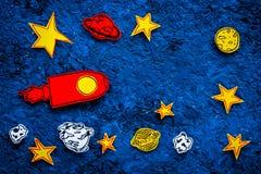 Διαστημική έννοια τουρισμού Ο συρμένο πύραυλος ή το διαστημόπλοιο κοντά στα αστέρια, πλανήτες, asteroids στην μπλε τοπ άποψη υποβ Στοκ Φωτογραφίες