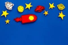 Διαστημική έννοια τουρισμού Ο συρμένο πύραυλος ή το διαστημόπλοιο κοντά στα αστέρια, πλανήτες, asteroids στην μπλε τοπ άποψη υποβ Στοκ εικόνα με δικαίωμα ελεύθερης χρήσης