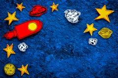 Διαστημική έννοια τουρισμού Ο συρμένο πύραυλος ή το διαστημόπλοιο κοντά στα αστέρια, πλανήτες, asteroids στην μπλε τοπ άποψη υποβ Στοκ Φωτογραφία