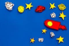 Διαστημική έννοια τουρισμού Ο συρμένο πύραυλος ή το διαστημόπλοιο κοντά στα αστέρια, πλανήτες, asteroids στην μπλε τοπ άποψη υποβ Στοκ φωτογραφία με δικαίωμα ελεύθερης χρήσης