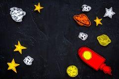 Διαστημική έννοια τουρισμού Ο συρμένο πύραυλος ή το διαστημόπλοιο κοντά στα αστέρια, πλανήτες, asteroids στη μαύρη τοπ άποψη υποβ Στοκ εικόνα με δικαίωμα ελεύθερης χρήσης