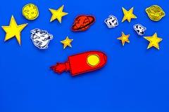 Διαστημική έννοια τουρισμού Ο συρμένο πύραυλος ή το διαστημόπλοιο κοντά στα αστέρια, πλανήτες, asteroids στην μπλε τοπ άποψη υποβ Στοκ εικόνες με δικαίωμα ελεύθερης χρήσης