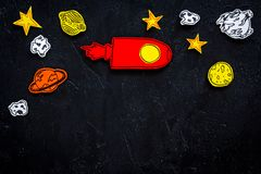 Διαστημική έννοια τουρισμού Ο συρμένο πύραυλος ή το διαστημόπλοιο κοντά στα αστέρια, πλανήτες, asteroids στη μαύρη τοπ άποψη υποβ Στοκ Φωτογραφία