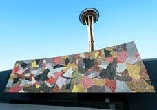 Διαστημική βελόνα πίσω από την τοιχογραφία του Σιάτλ Στοκ φωτογραφία με δικαίωμα ελεύθερης χρήσης