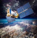 Διαστημικός δορυφόρος πέρα από το πλανήτη Γη Στοκ φωτογραφία με δικαίωμα ελεύθερης χρήσης