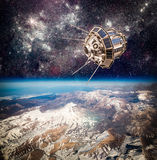 Διαστημικός δορυφόρος πέρα από το πλανήτη Γη Στοκ φωτογραφίες με δικαίωμα ελεύθερης χρήσης