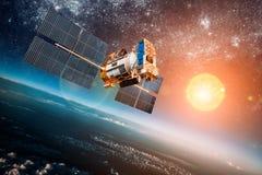Διαστημικός δορυφόρος πέρα από το πλανήτη Γη Στοκ εικόνες με δικαίωμα ελεύθερης χρήσης
