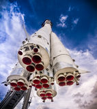 Διαστημικός πύραυλος στη εξέδρα εκτόξευσης πυραύλων Στοκ εικόνες με δικαίωμα ελεύθερης χρήσης