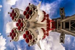 Διαστημικός πύραυλος στη εξέδρα εκτόξευσης πυραύλων Στοκ Εικόνες