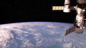 Διαστημικός σταθμός/δορυφορική γη Flyover απεικόνιση αποθεμάτων