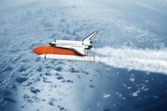 Διαστημικό λεωφορείο που απογειώνεται στον ουρανό (εικόνα της NASA χρησιμοποιούμενη) Στοκ φωτογραφία με δικαίωμα ελεύθερης χρήσης