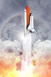 Διαστημικό λεωφορείο που απογειώνεται στον ουρανό (εικόνα της NASA χρησιμοποιούμενη) Στοκ Εικόνες