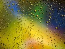 Διαστημικό ουράνιο τόξο γυαλιού βροχής υποβάθρου χρώματος πτώσεων νερού Στοκ φωτογραφία με δικαίωμα ελεύθερης χρήσης