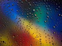 Διαστημικό ουράνιο τόξο γυαλιού βροχής υποβάθρου χρώματος πτώσεων νερού Στοκ Φωτογραφία