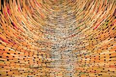Διαστημικό σύνολο των βιβλίων που συσσωρεύονται στην ατελείωτη βιβλιοθήκη στοκ εικόνες