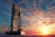 Διαστημικό σύστημα έναρξης στη βάση εκτόξευσης πέρα από το υπόβαθρο της ανατολής ελεύθερη απεικόνιση δικαιώματος